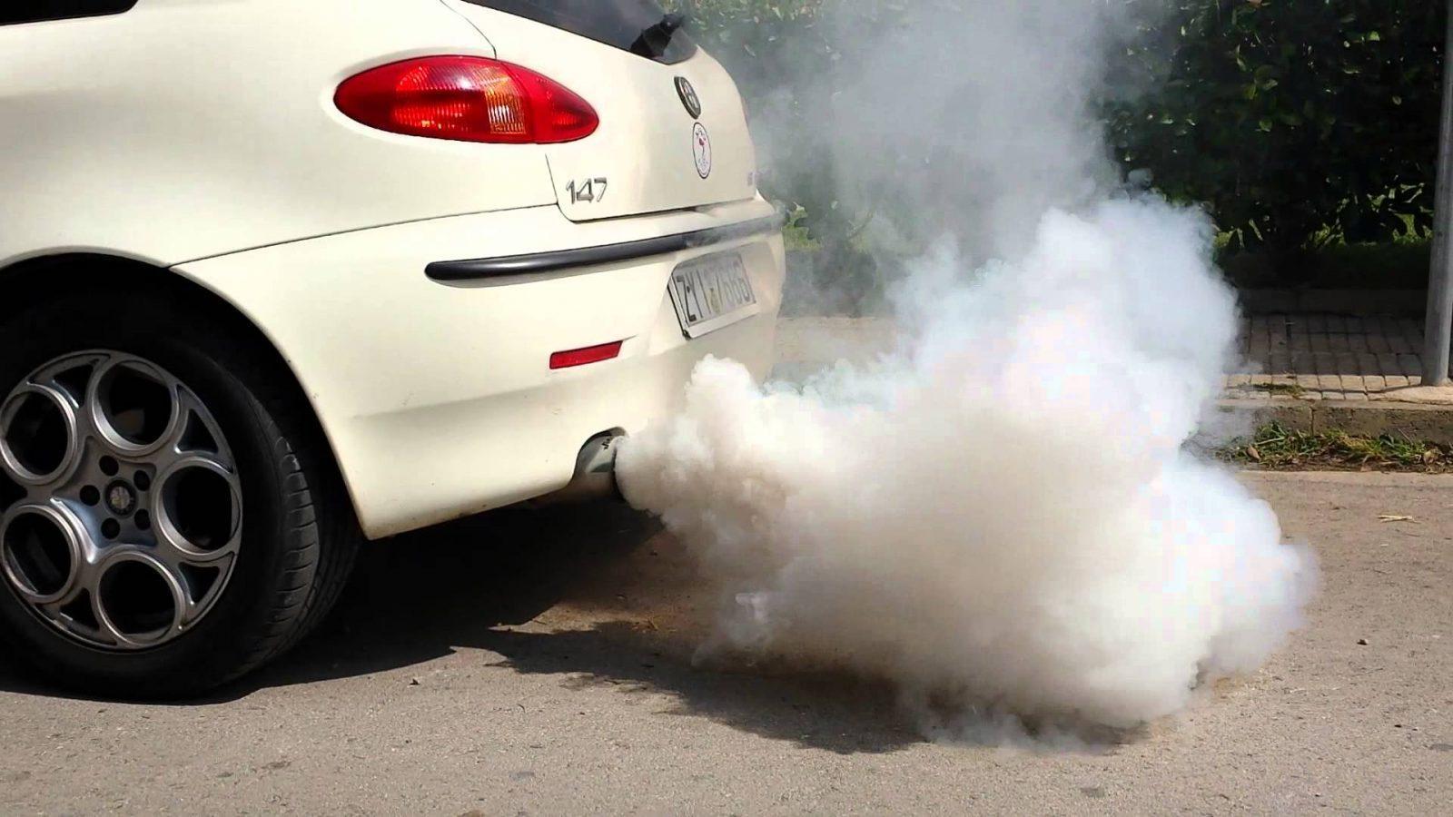 Egzozdan beyaz duman atıyor (dizel motor)